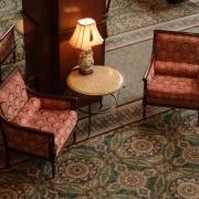 Zwei Sessel im Hotelfoyer